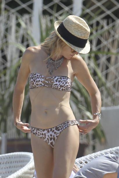 Aunque luce un poco ajustado, el bikini le sienta muy bien, y lo supo ll...
