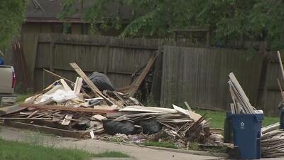 A 7 meses del huracán Harvey, residentes en Dickinson aún sufren por los escombros