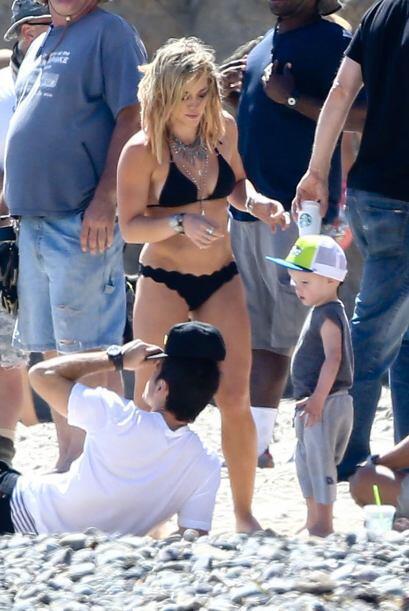 Hilary Duff no sólo presumió piernón loco sino también que es una madre...