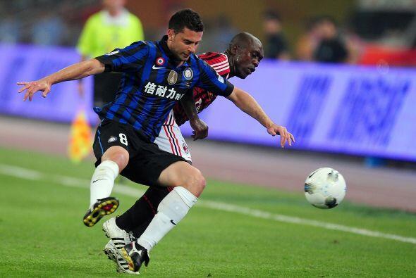 El experimentado Seedorf se adueño del balón y el Milan se hizo fuerte.