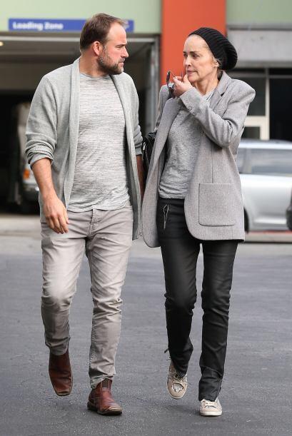 Ella y David DeLuise fueron vistos saliendo de un restaurant al oeste de...