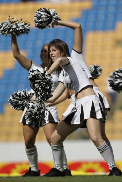 Las ´garotas´ motivaron mucho a la ´torcida´ del Santos en el estadio Ar...