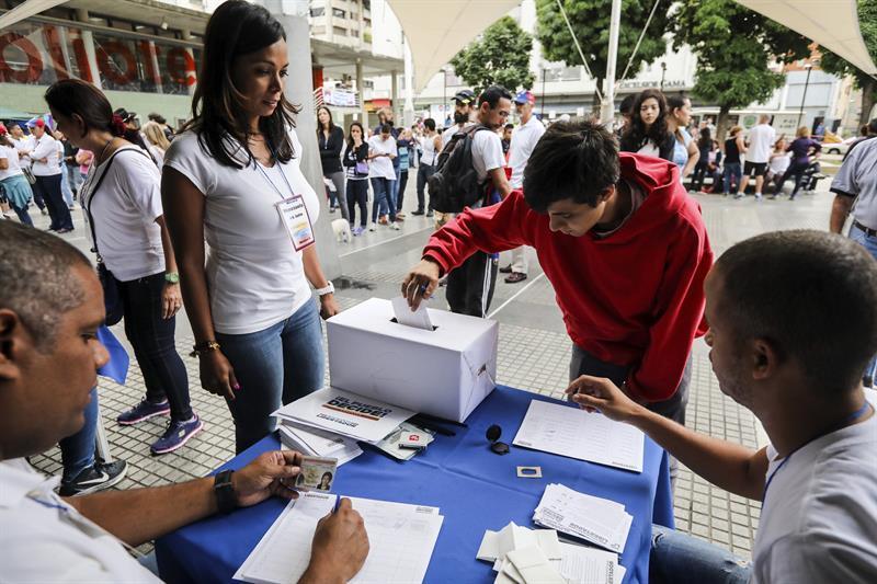 Filas desde la madrugada en Caracas 636358118635572193w.jpg