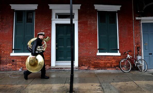 Los músicos se van a sus resguardos bajo la lluvia que ya comenzó a caer...
