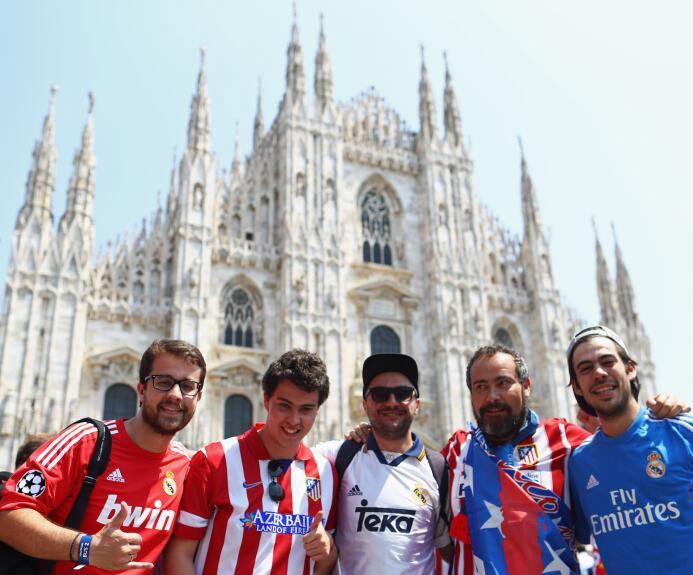 Aficionados merengues y colchoneros se adueñaron de las calles de Milán.