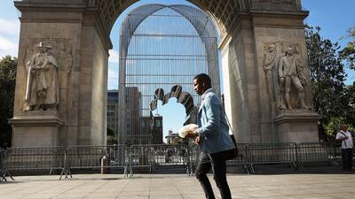 Las vallas con las que un artista provoca una conversación migratoria en Nueva York