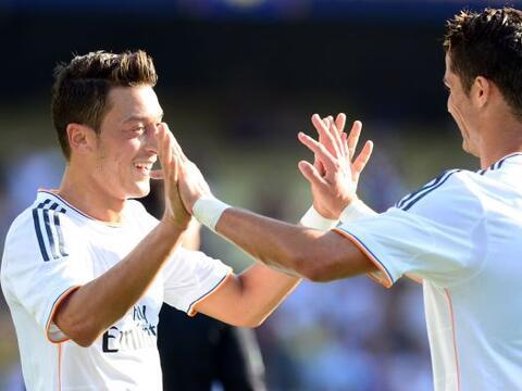 El astro Cristiano Ronaldo anotó un gol y dio el pase para otra a...