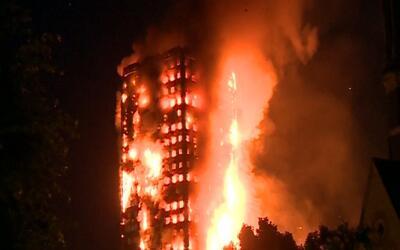 Un incendio en edificio de 27 pisos moviliza a cientos de bomberos en Lo...