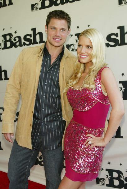 Con Nick en junio de 2003, con un ceñido vestido fucsia.