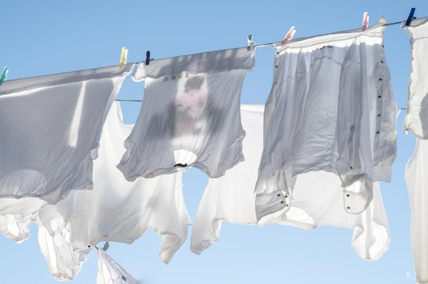 Evita colgar las camisetas, ya que si lo haces podrían deformarse, estir...