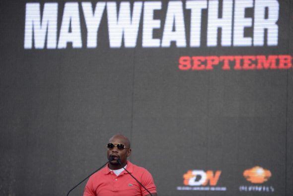 Mayweather Jr. fue bien recibido por la gente, muchos de ellos corearon...