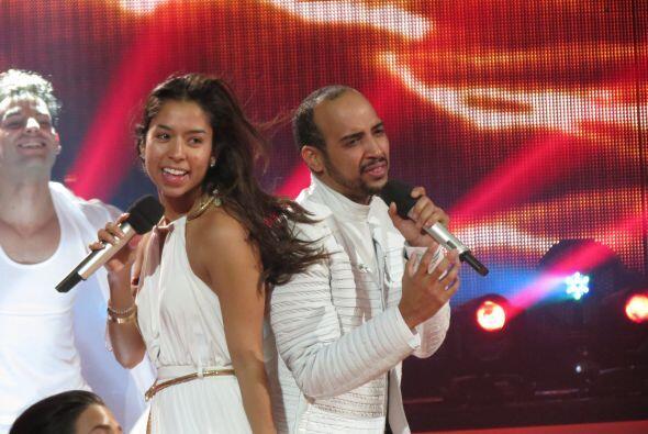 Los dos ensayan sobre el escenario.