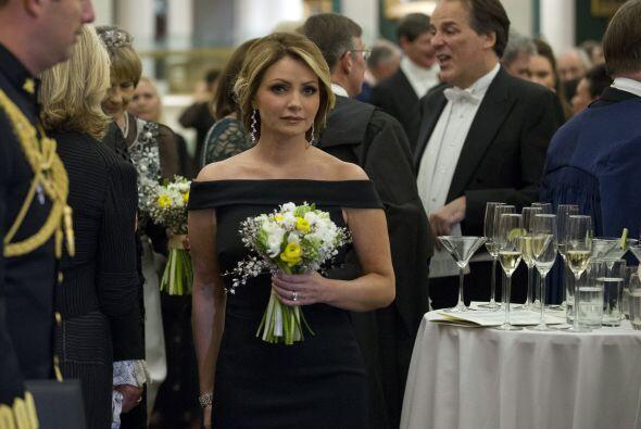 Aunque lucía muy guapa en este vestido negro, las cámaras captaron su pe...