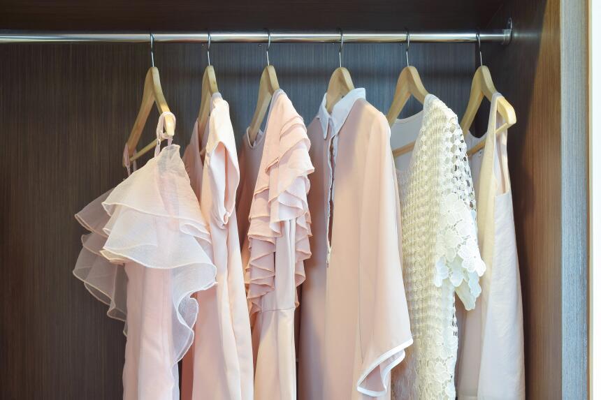 Si tienes blusas o camisas en tu guardarropa lo mejor es colgarlas en ga...