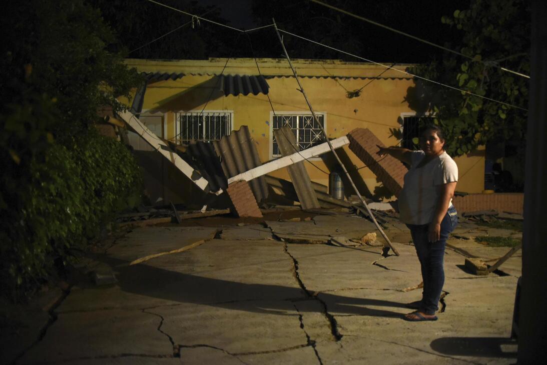 Una residente del municipio de Coatzacoalcos, en el estado de Veracruz,...