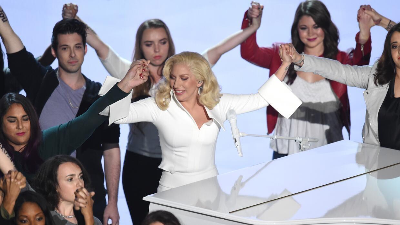 La cantante Lady Gaga con los 49 sobrevivientes que cantaron con ella.