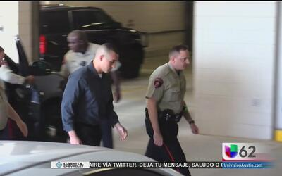 Greg Kelley llega a la cárcel del condado Williamson