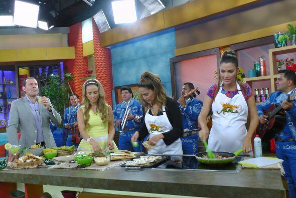 Karla tuvo que preparar quesadillas para todos ¡hasta para los mariachis!
