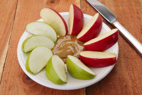 Una vez elaborado el dip, rebana manzanas y peras para acompañarlo. Tamb...
