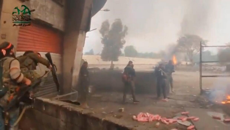 Rebeldes sirios combaten en las afueras de Damasco, según esta toma de u...