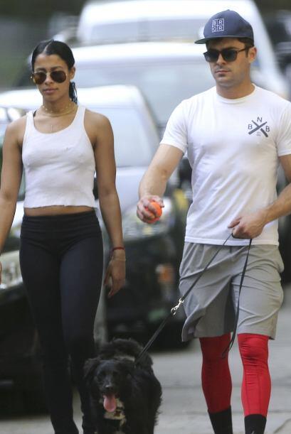 Zac quiso combinar sus leggins rojos con el pelaje negro de su cachorro.