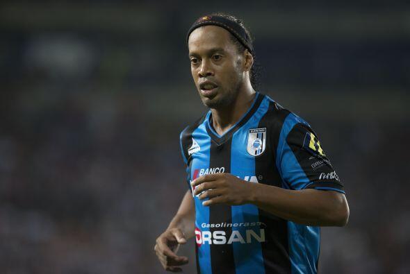 Por lo que Vucetich modificó su parado y sacó de la cancha a Ronaldinho,...