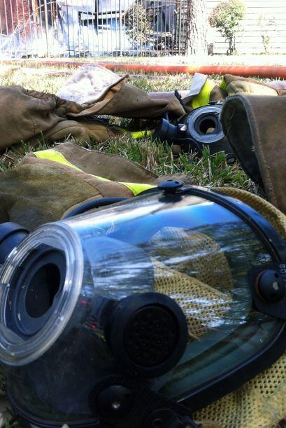 Autoridades tratan de controlar un voraz incendio en el 1405 Greens pkwy...