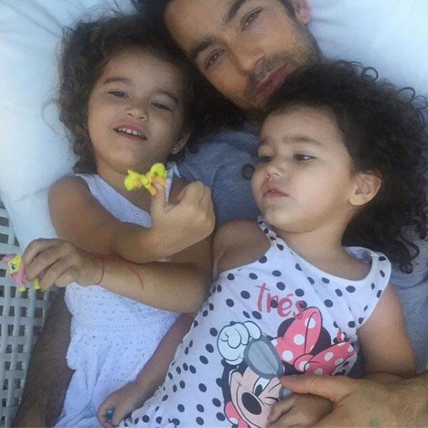 Aarón Díaz y sus hijas