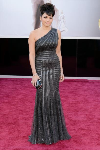 Norah Jones se inclinó por un vestido de una sola manga en color plata.