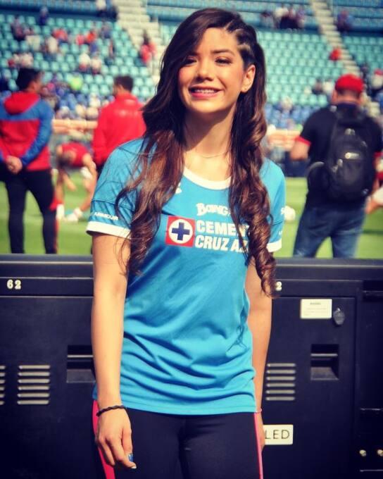 Michelle Pérez, una fanática muy sexy del Cruz Azul 14702454_90403115307...