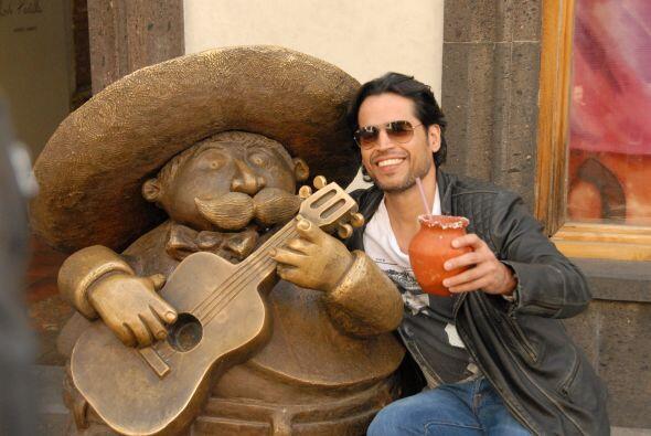 Aquí vemos al novio muy bien acompañado del mariachi.