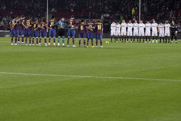 Como en todos los estadios de Europa, en el 'Camp Nou' guardaron un minu...