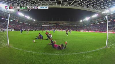 ¡Se salva Necaxa! Gran barrida de Luis Donaldo Hernández y le roba roba el gol a Cruz Azul