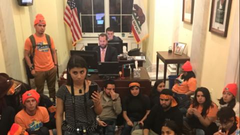 Más de 100 jóvenes indocumentados tomaron los despachos de...