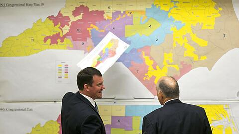 Dos senadores estatales republicanos evalúan un mapa histó...