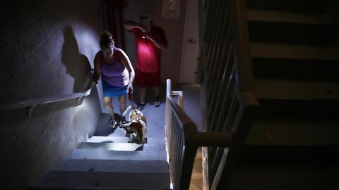 Una pareja sube las escaleras de un hotel en Fort Lauderdale, Florida, e...