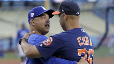 Dave Roberts, manager de los Dodgers, y Alex Cora, bench coach de los As...