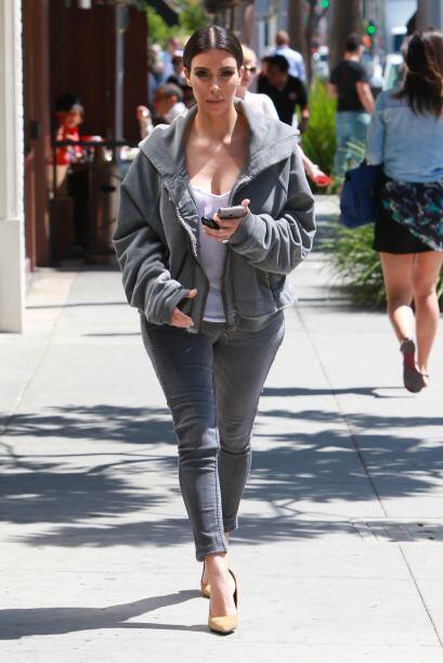 Kim tampoco llevaba bolsa ni nada, sólo su teléfono en la mano.