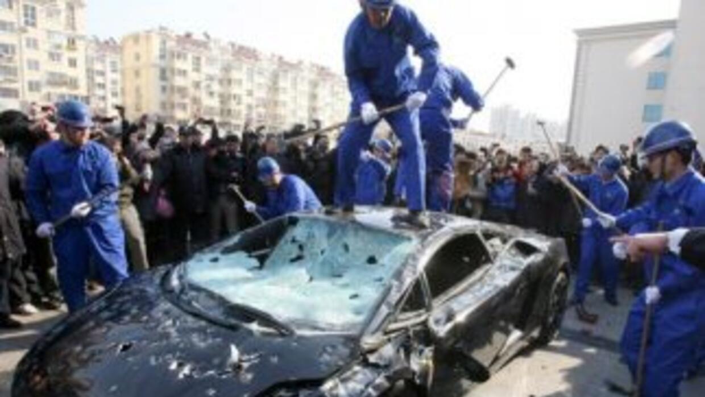 Empresario Chino destruye su Lamborghini frente a la prensa