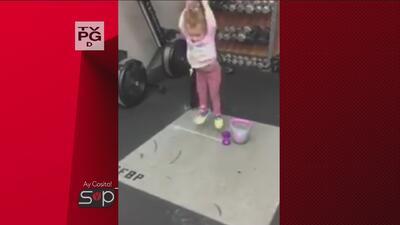 ¡Ay, cosita! Una pequeña niña es ejemplo para hacer ejercicio