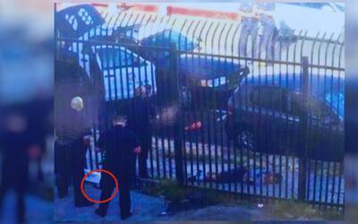 En el círculo rojo se señala el arma que presuntamente ten...