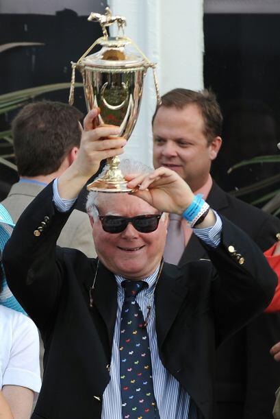 Barry Irwin, dueño de 'Animal Kingdom', posó orgullosamente con el trofe...