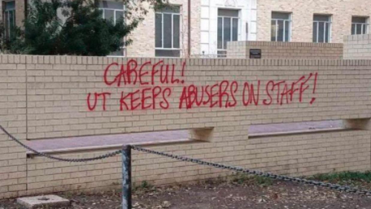 Pintas en Universidad de Texas contra profesor acusado de violencia domé...