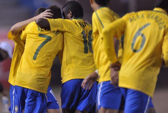 Los goles de Brasil fueron hechos por Neymar (17, 48), Lucas (66), Diego...
