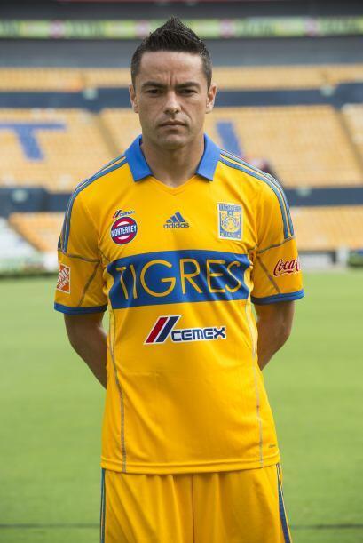 Detrás de ellos viene Juninho, central  de Tigres, con 16, Édgar Dueñas...