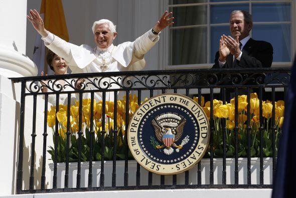 Benedicto XVI junto al presidente George W. Bush y su esposa Laura. (Cor...
