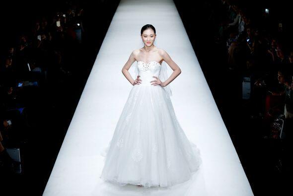 Algunos vestidos llevaban un toque de pedrería y detalles brillantes.