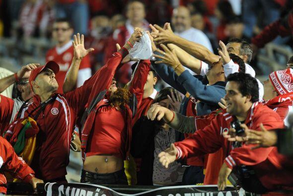 El partido se disputó en el estadio Centenario ante unos 55.000 espectad...