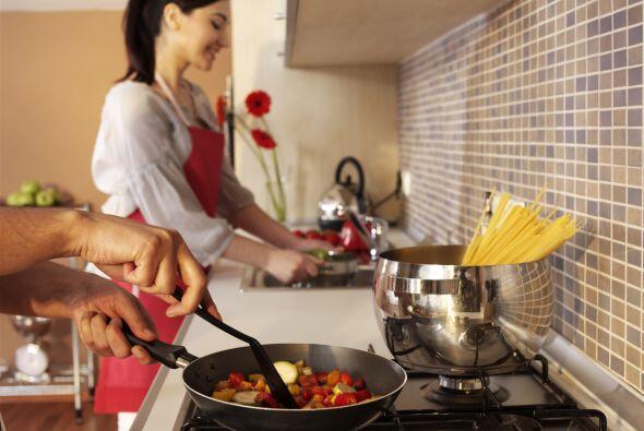 Mientras la pasta se cocina, calienta una sartén grande a fuego medio-bajo.