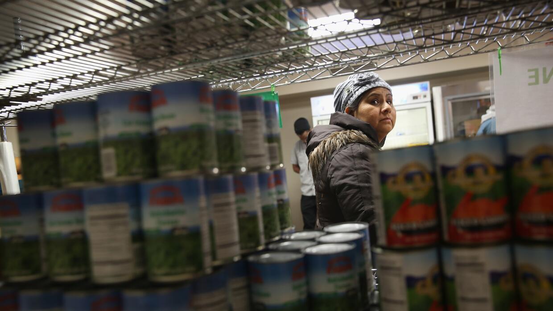 Una mujer en un banco de comida en Harlem, Nueva York.